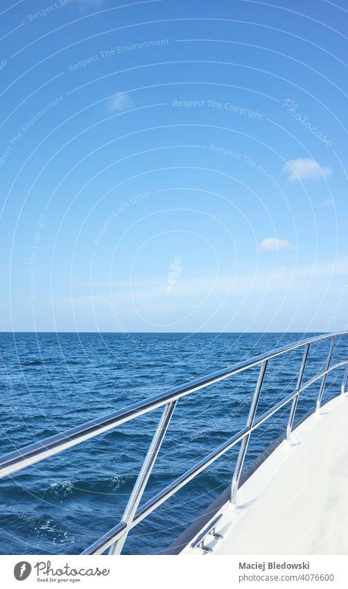 Bootsseite Edelstahlreling an einem sonnigen Tag, selektiver Fokus. Reling Schiff Jacht blau Reichtum MEER Meer Rostfreier Stahl Kreuzfahrt nautisch Sommer