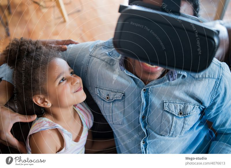 Vater und Tochter spielen Videospiele. monoparentiell Spiel VR Entertainment Zusammensein Gerät digital Headset sich[Akk] entspannen Freude Internet Aufenthalt