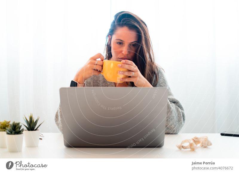 Junge Frau bei Telearbeit zu Hause mit Computer Brille Dienst jung eine Person Anruf Mitteilung Geschäftsfrau schön Europäer Menschen professionell