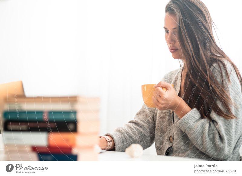 junge Frau bei Telearbeit zu Hause mit Computer und Kaffee trinken Brille Dienst eine Person Anruf Mitteilung Geschäftsfrau schön Europäer Menschen