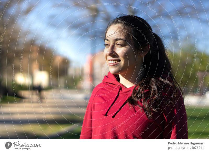 Junge und sportliche Frau Porträt in einem Park Training Fitness jung Übung Gesundheit Lifestyle passen Athlet Sport Sommer Menschen Person Aktivität im Freien