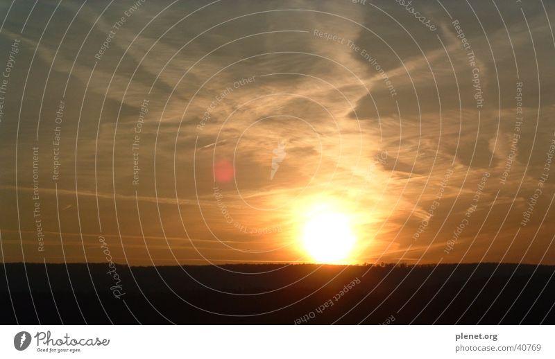 zerrissener himmel Himmel Sonne Wolken dunkel kaputt Sonnenbrille Kondensstreifen