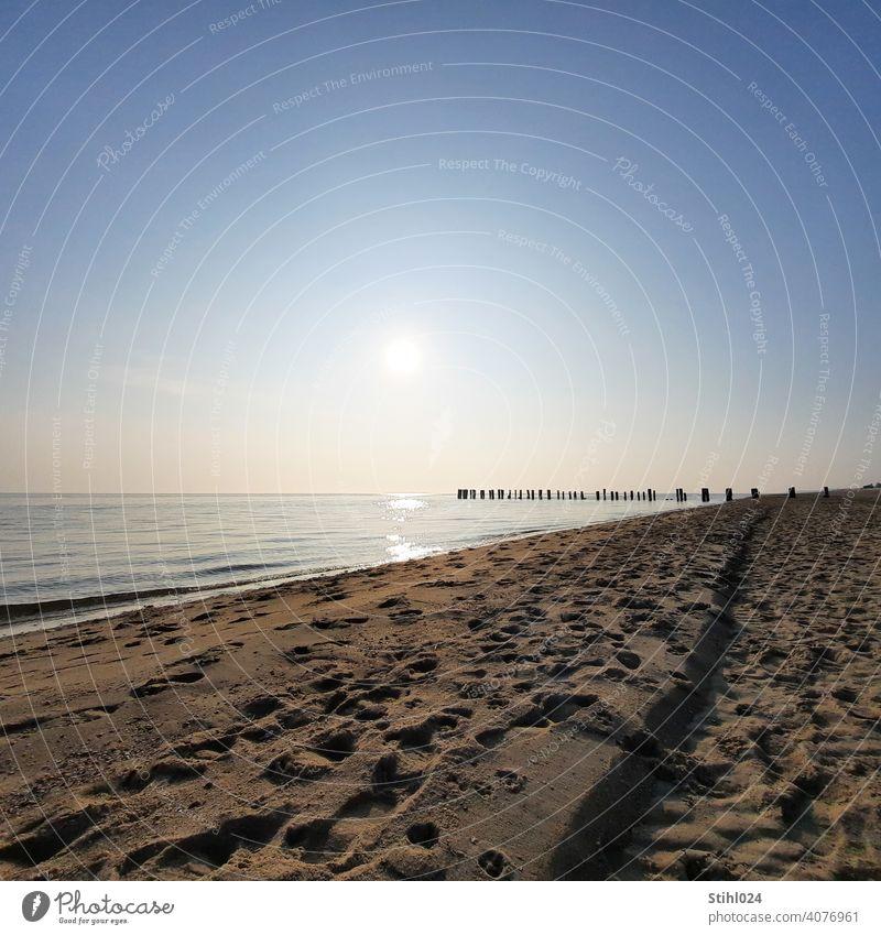 Sandstrand mit Buhne am Nachmittag Strand spazieren Ostsee Nordsee Fußspuren Spuren Wellengang Sonne Horizont Urlaub Spiegelung Meer Ferien & Urlaub & Reisen
