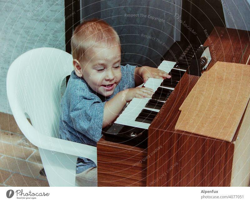 Vornamen | Wolfgang Amadeus... Kleinkind Orgel Musiker Musikinstrument Innenaufnahme Klavier üben musizieren spass Fröhlichkeit Spielen Konzert Klavier spielen