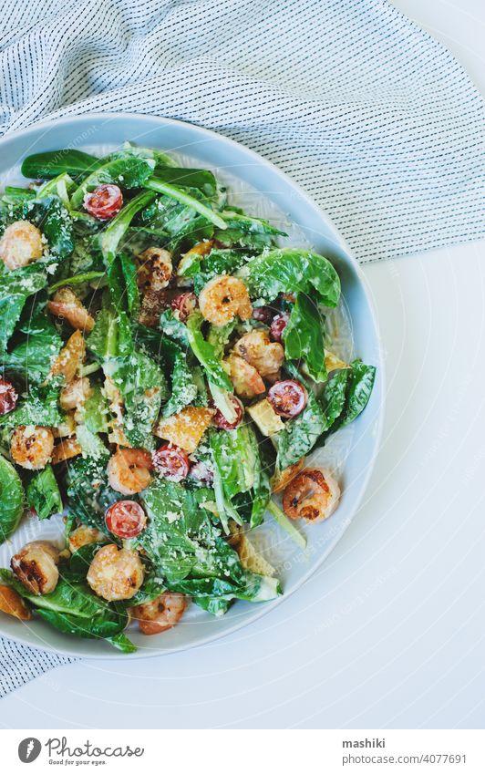 Draufsicht auf leckeren gesunden Salat mit gegrillten Garnelen, Kirschtomaten und Crostini Salatbeilage Lebensmittel Granele Mittagessen Abendessen Gemüse