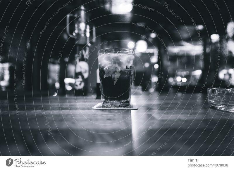 ein Glas Cuba Libre auf dem Tresen Kneipe Bar Prenzlauer Berg Berlin Stadt Menschenleer Hauptstadt Schwarzweißfoto alcohol Drink night Counter