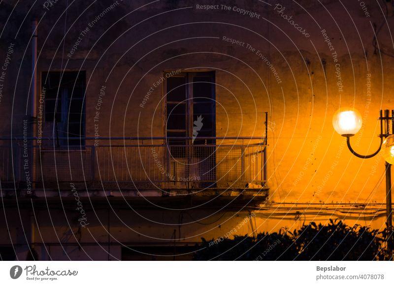 Blick auf den alten Balkon bei Nacht Licht Peitschenlaterne Straßenlaterne Lampe Laterne Haus leer heimwärts Abend Stadt
