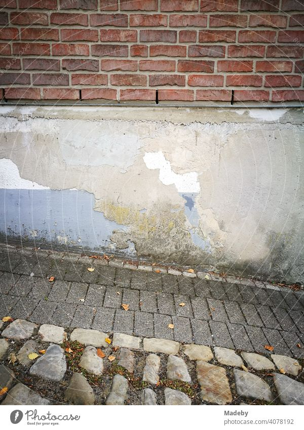 Verschiedene Strukturen von Naturstein bis Backstein mit bröckelnder Fassade in der Altstadt von Oerlinghausen am Hermannsweg im Teutoburger Wald in Ostwestfalen-Lippe