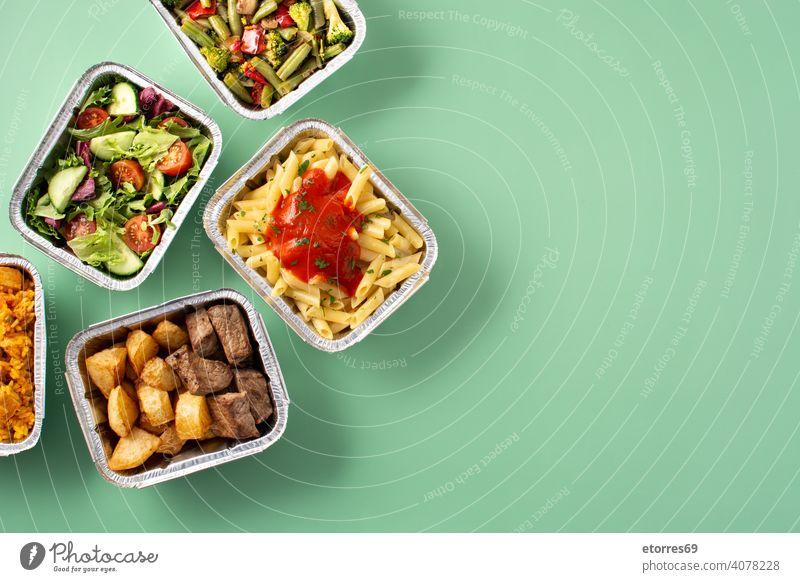 Gesundes Essen zum Mitnehmen in Folienboxen Aluminium Kisten Brokkoli Catering Container gekocht Versand Diät Abendessen Lebensmittel frisch gebraten grün