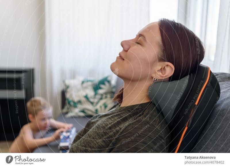 Frau entspannt auf Massagestuhl Stuhl Erholung im Innenbereich heimwärts Mutter Kind Wellness Gesundheit bequem Sitzen Behandlung Menschen sich[Akk] entspannen