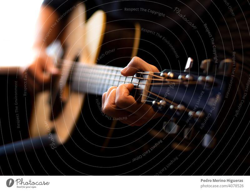 Mann spielt akustische Gitarre. Nahaufnahme Musik Musiker Musical Gitarrenspieler männlich Klang Instrument Felsen Gesang spielen Spieler Person Künstlerin