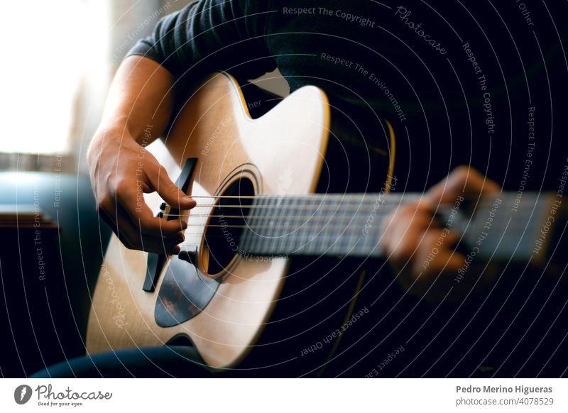 Junger Mann spielt akustische Gitarre Musik Musiker Raum spielen Instrument männlich Musical Gesang jung Erwachsener Person Menschen heimwärts Gitarrenspieler