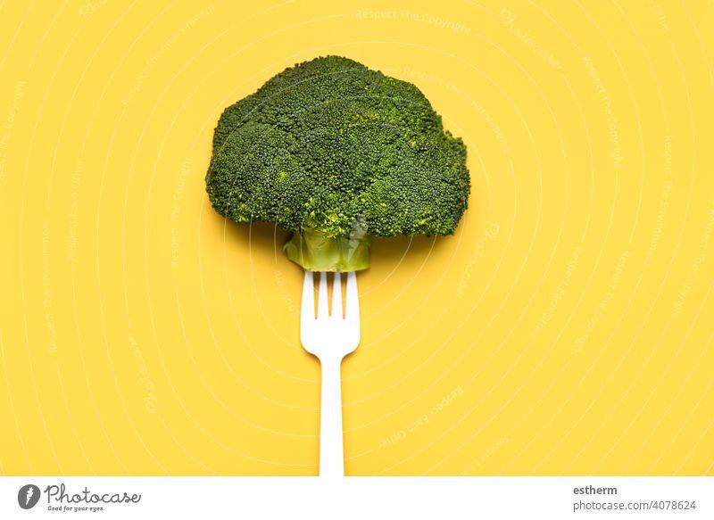 Frischer Brokkoli auf einer weißen Plastikgabel.Gesunde Ernährung Lebensstil Lebensmittel Gemüse Nahaufnahme diätetisch Küche gesunde Ernährung Produkt Veganer