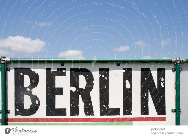 sexy Himmel über armes Berlin verwittert Typographie Schilder & Markierungen Zahn der Zeit Sportplatzbande abgeplatzt Wort Rahmen Zaun wolkig Großbuchstabe