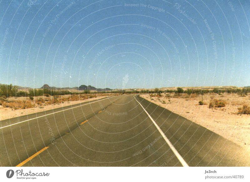 Open Road Ferne lang Wüste USA Zentralperspektive leer Menschenleer Blauer Himmel himmelblau Wolkenloser Himmel Klarer Himmel Horizont geradeaus