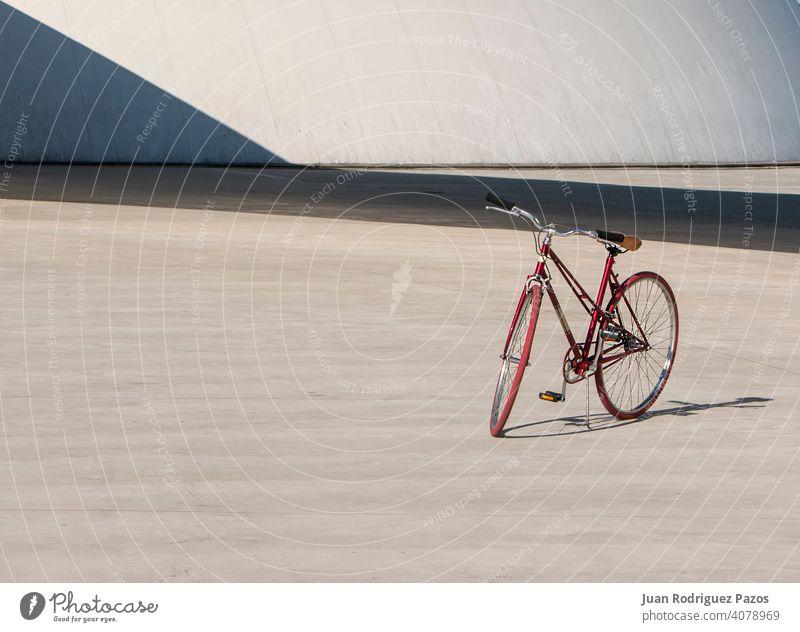 Rotes Fahrrad allein im Betonpark reisen im Freien Sport Hintergrund einsam Verkehr Rad Stehen Lifestyle niemand Freizeit Großstadt Radfahren Zyklus Tag rot