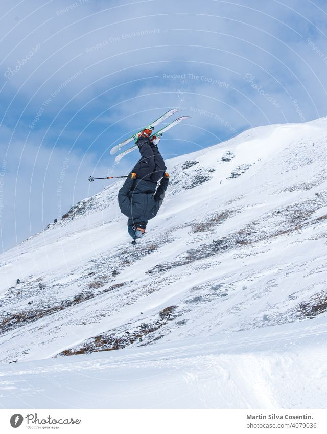 Junger Mann beim Skifahren an einem sonnigen Tag in Andorra. Aktion aktiv Alpen arcalis Athlet Hintergrund kalt Farbe Konkurrenz Tiefschnee bergab redaktionell