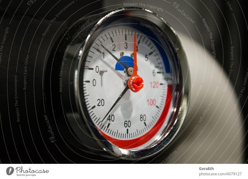 Druckmessgerät Manometer Nahaufnahme abstrakt Pfeil Hintergrund schwarz braun kreisen schließen abschließen Kontrolle Armaturenbrett Daten Design Detailaufnahme
