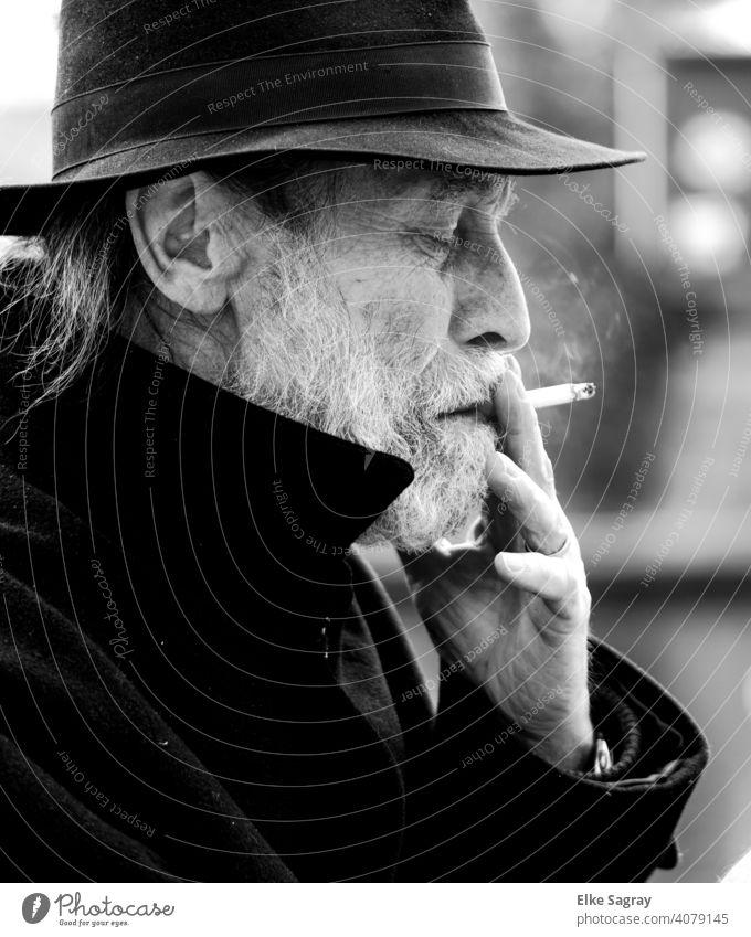 Älterer Herr nachdenklich rauchend... Mann Ein Mann allein Außenaufnahme Wasseroberfläche Schwarzweißfoto Smartphone Schwache Tiefenschärfe Senior sitzend