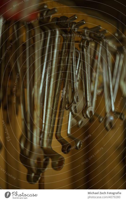 Alte Schraubenschlüssel in einem Werkzeugschuppen Gerät Holz Sammlung Werkstatt diy Reparatur Arbeit Konstruktion Job Wand Objekte Innenbereich dreckig retro