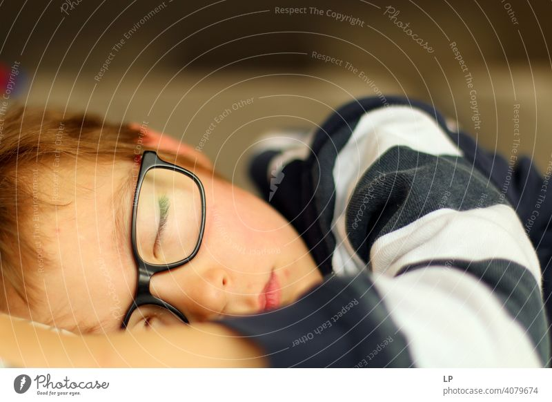 Kind mit Brille, schläft friedlich Symbole & Metaphern bezaubernd wirklich reales Leben Ruhe Unschuld Frieden rein weich süß verträumt Hintergrundbild Glaube