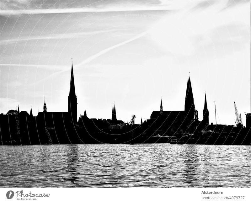 Skyline von Lübeck Blick von Norden auf die Altstadt mit den sieben Kirchtürmen in schwarz-weiß City Lübeck Ansicht von Norden Blick Altstadt Hafen Panorama