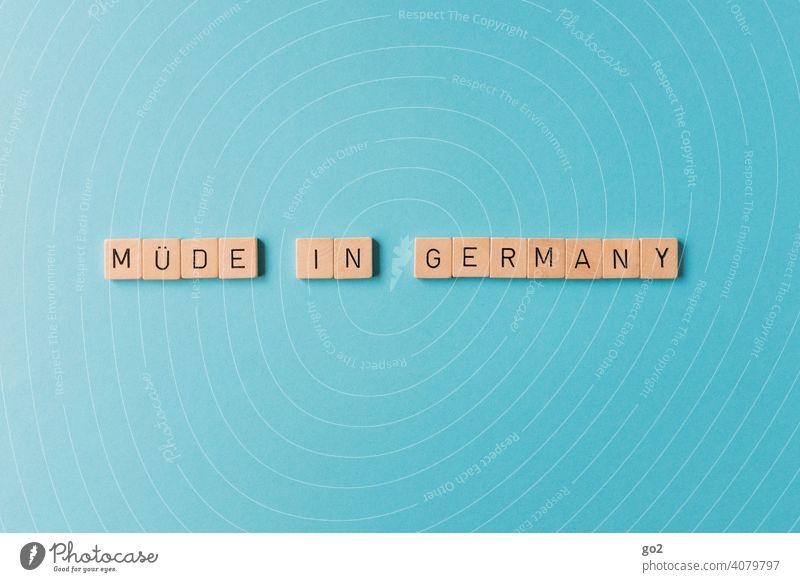 Müde in Germany müde Deutschland Gesellschaft (Soziologie) Made in Germany Wortspiel Erschöpfung Corona-Virus Quarantäne Gesundheit Pandemie COVID Coronavirus
