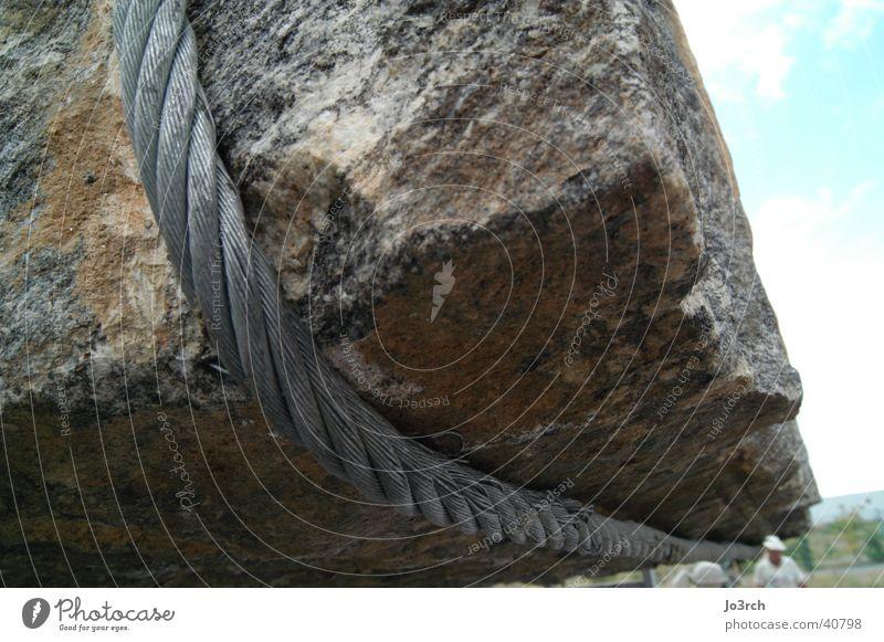 Seil um Felsen Stein Seil Felsen Industrie Gewicht Kran heben Drahtseil