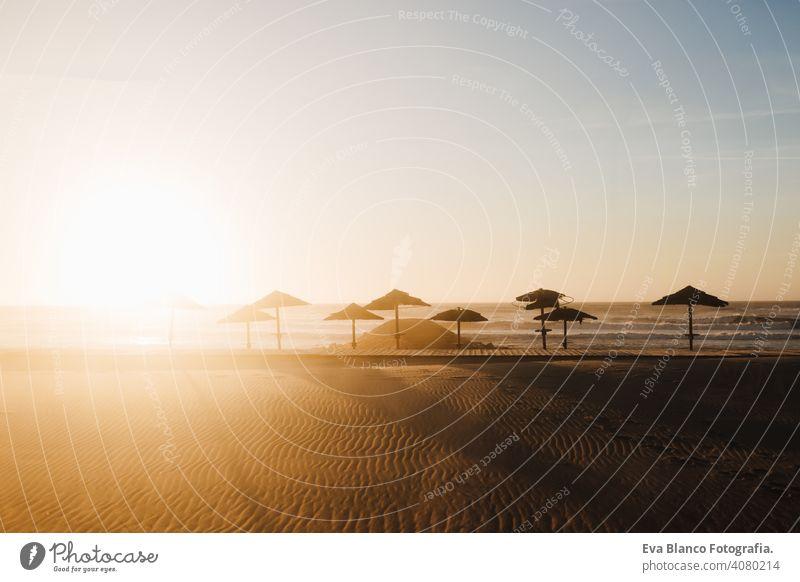 schönen Sonnenuntergang am Strand Landschaft. Niemand, entspannen und Urlaub Konzept Regenschirm sich[Akk] entspannen niemand Karibik Meer Sommer winken