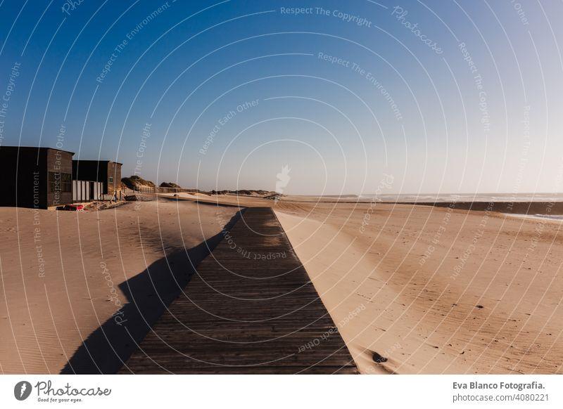 schöner Sonnenuntergang am Strand Landschaft. Landebahn. Niemand, entspannen und Urlaub Konzept Rollfeld Sand Regenschirm sich[Akk] entspannen niemand Karibik