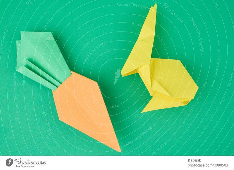 Papier Origami Kaninchen und Karotte auf grünem Hintergrund Hase Feiertag Tier Dekoration & Verzierung Frühling Glück Möhre niedlich Kunst Ostern farbenfroh