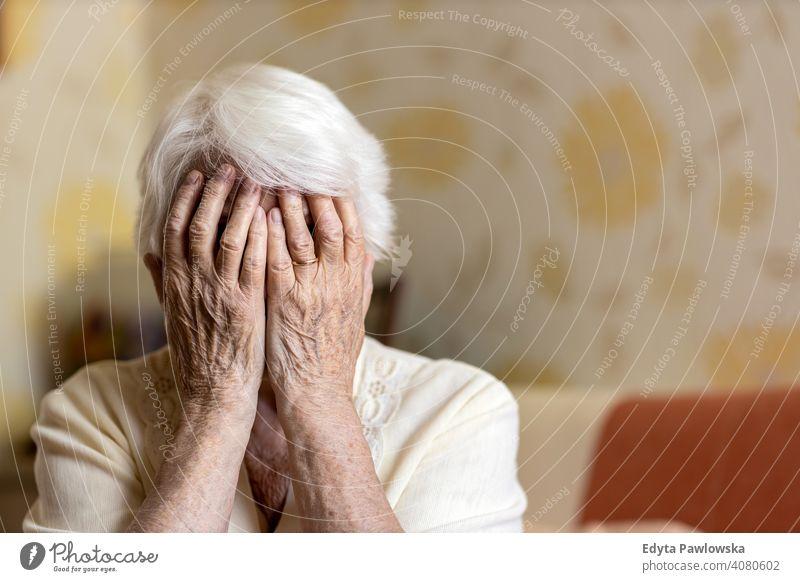 Ältere Frau, die ihr Gesicht mit den Händen bedeckt traurig einsam unglücklich Depression Unsicherheit Angst beunruhigt Trauer psychische Gesundheit verzweifelt