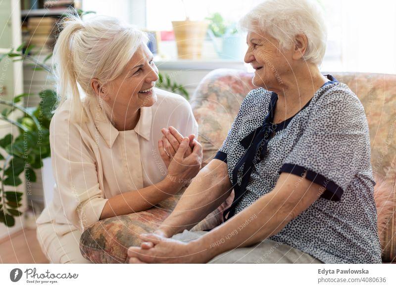Ältere Frau verbringt viel Zeit mit ihrer Tochter Lächeln Glück genießend Positivität Vitalität Freude Selbstvertrauen Menschen Senior reif lässig Kaukasier