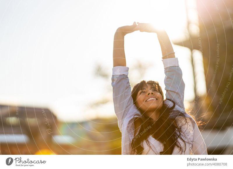 Attraktive junge Frau lächelnd in der Stadt hispanisch Latein Lächeln Sommer Spaß Freude Glück Fröhlichkeit Großstadt urban Mädchen Menschen Lifestyle im Freien