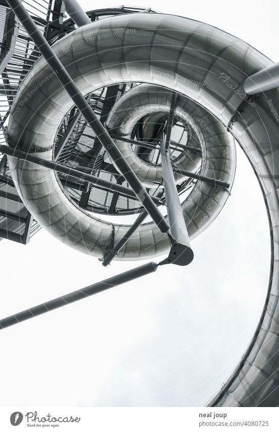 Schneckenförmige Edelstahlrutsche, die als Spirale in die Höhe führt, oder so. Architektur Skulptur Struktur Stahl Rutsche Spaß Spiel Freizeit Freizeitpark