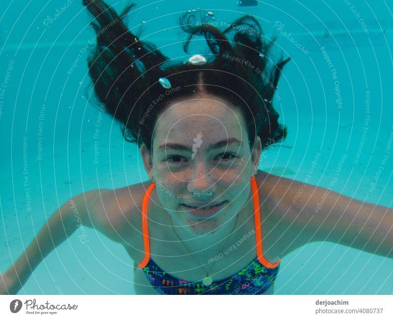 Blub, blub . Lachendes Junges Girl mit langen schwarzen Haaren unter Wasser. blau Erholung Himmel Sommer Sonne Natur Schönes Wetter girl Farbfoto Tag