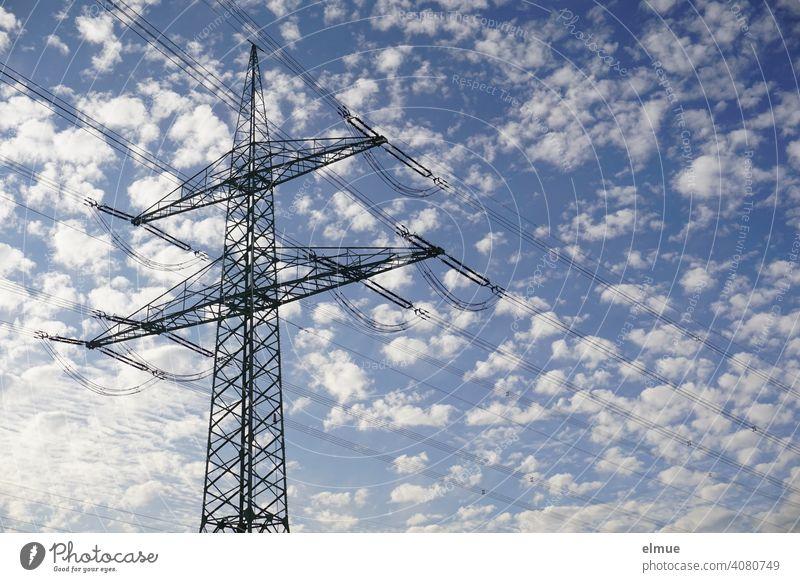 Freileitungsmast mit Hochspannungsleitungen vor einem blauen Himmel mit Schäfchenwolken / Strommast / Energie Stromleitung Konstruktion Tragmast Abspannmast