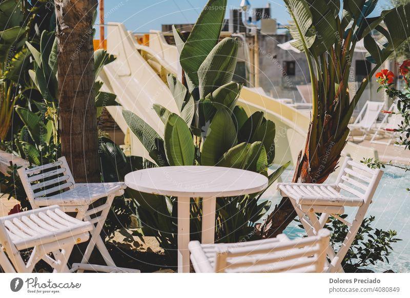 Satz von Tisch und Stühlen auf der Terrasse eines Hotels Tourismus Garten warm Gartenstuhl Klapptisch Biergarten Sommer Gastronomie Gartenmöbel Holztisch