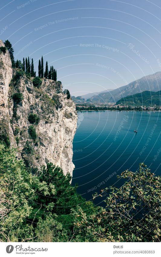 Gardasee Steilufer – Blick auf Torbole Felsen steilufer Wasser Urlaub Reisefotografie Segelboot Ferien & Urlaub & Reisen Berge u. Gebirge See Außenaufnahme
