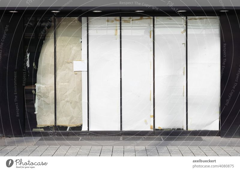 Geschlossenes oder leeres Geschäft Leerstand Laden geschlossen Ladengeschäft Business Wirtschaft Krise Bankrott Ladenfront schließen Konzept Gebäude Architektur