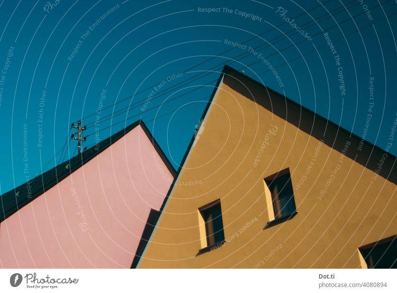 Giebel Architektur Fassade Haus Gebäude Himmel Fenster Außenaufnahme Wand Menschenleer Farbfoto Tag Dach Textfreiraum oben Schönes Wetter blau Sonnenlicht