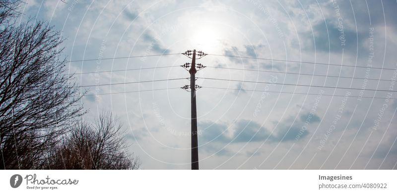 Hochspannung Stromleitung gegen blauen Himmel mit Wolken, Rheinland-Pfalz, Deutschland. Hochspannungsmasten, Stromleitungsturm, alternative Energie, neue Naturlandschaft