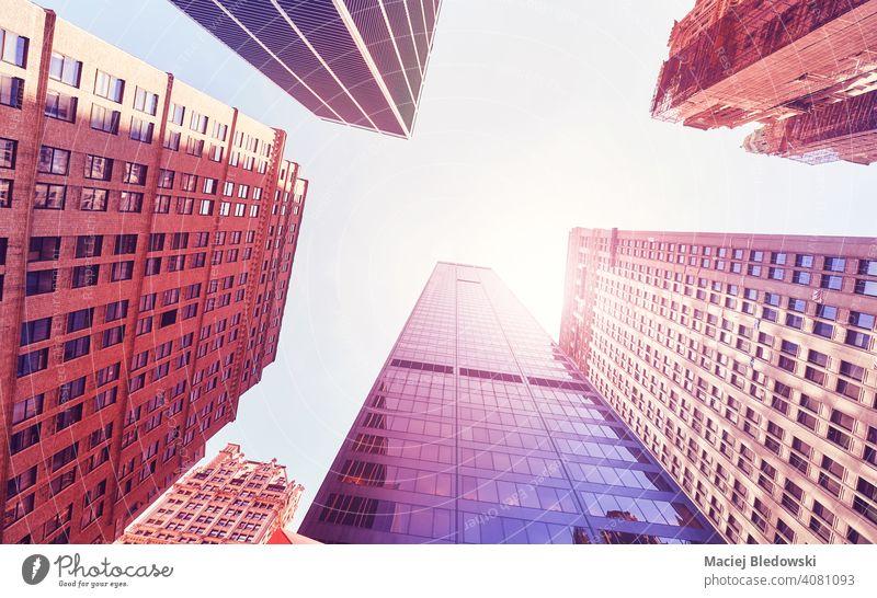 Blick auf Manhattan Wolkenkratzer gegen die Sonne, Farbe getönten Bild, New York City, USA. Großstadt New York State Büro Gebäude Business District nachschlagen