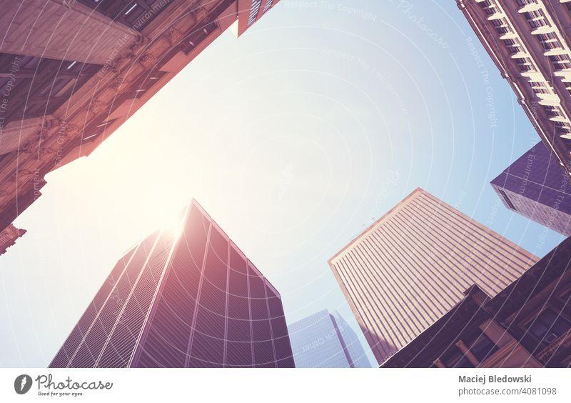Blick auf Manhattan-Wolkenkratzer gegen die Sonne, New York City, USA. Großstadt New York State Büro Gebäude Business District nachschlagen nyc neu Wand