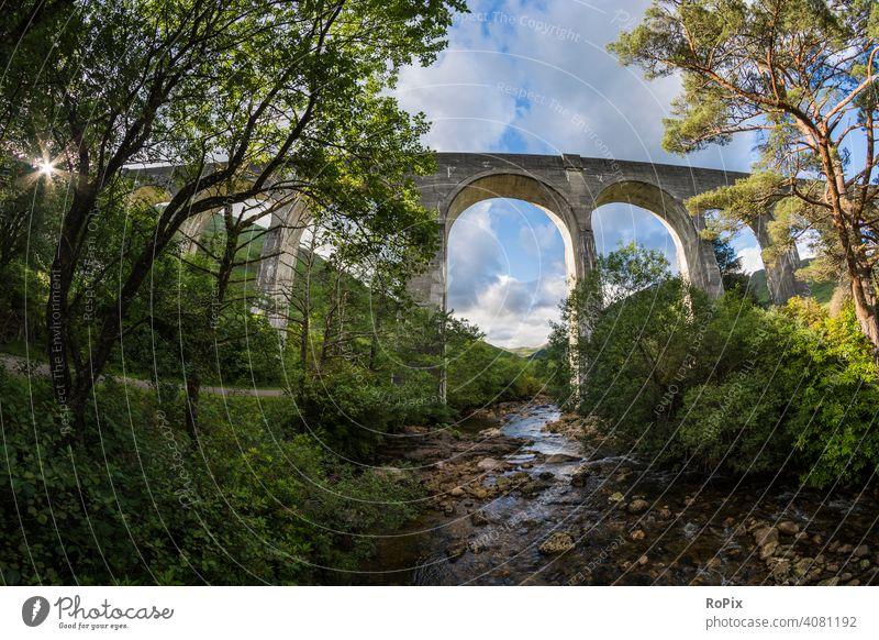 Eisenbahnbrücke in den western highlands. Schottland scotland railway Glenfinnan viaduct Natur Brücke Tal Fluss England Loch Shiel river Architektur wildnis