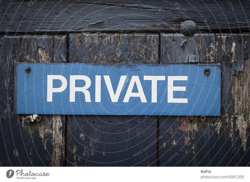 Schild an einem verwitterten Gartentor. private Info Mitteilung Privat Nachricht Brett Tür Mauer Schrift befugt unbefugt blau blue Bretter Symbol Graffiti