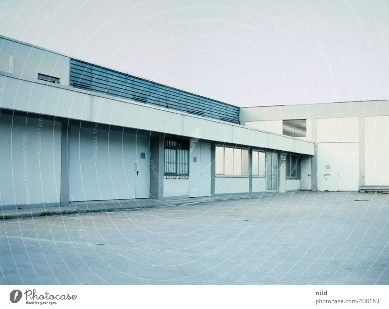 Wirtschaftsstandort Arbeitsplatz Fabrik Industrie Business Unternehmen Haus Industrieanlage Bauwerk Gebäude Architektur Mauer Wand Fassade trist blau grau