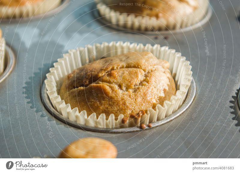 kleine Vanille- und Schokoladenmuffins, die vom Morgenlicht beleuchtet werden, bereit zum Frühstück Muffins Leckerbissen Gebäck Sahne Ofen Licht Sonnenschein