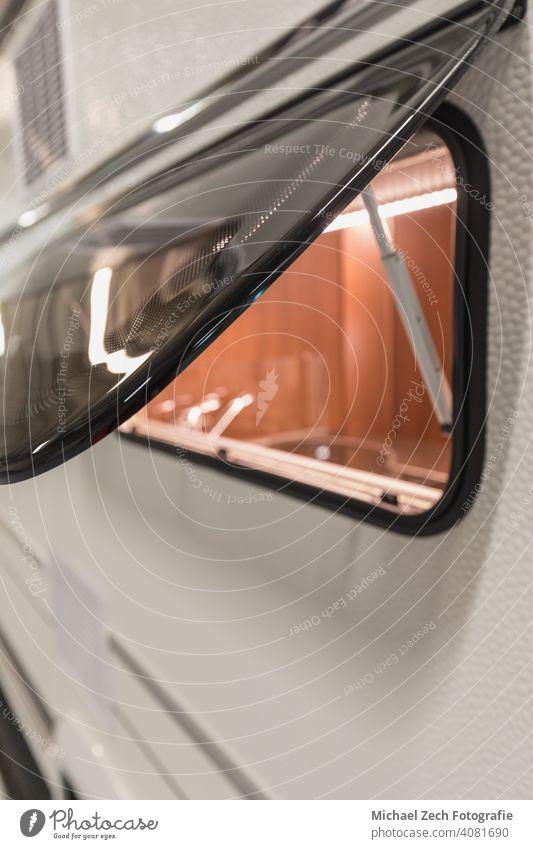 draußen stehen und durch ein Fenster eines Wohnwagens schauen schön Unschärfe verschwommen Wohnmobil Camping PKW Caravaning Nahaufnahme Farbe farbenfroh bequem