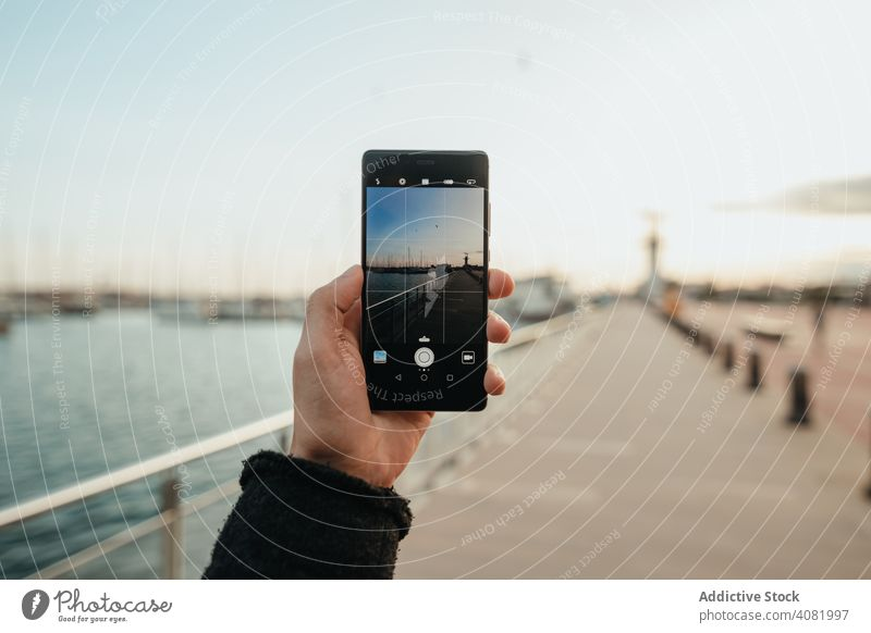 Crop-Hand, die eine Böschung fotografiert Hände Foto Stauanlage Smartphone Abend reisen Großstadt Wasser Bildschirm urban Ausflug Reise Urlaub Ansicht